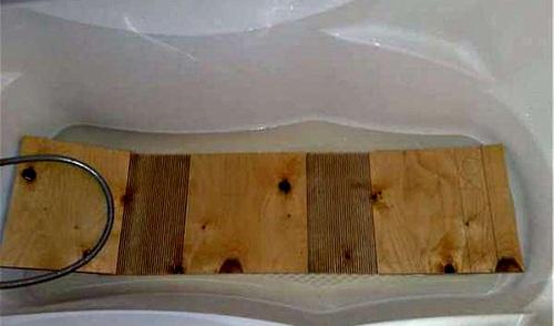 Лист фанеры в ванной с водой